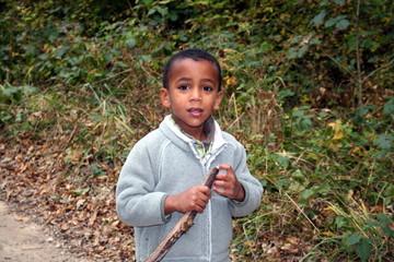 l'enfant dans la forêt
