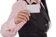 leere Visitenkarte wird durch Frau gehalten