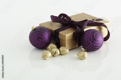 Weihnachten weihnachtsdeko lila und gold auf weiss von redhorst lizenzfreies foto 19144199 - Weihnachtsdeko lila ...