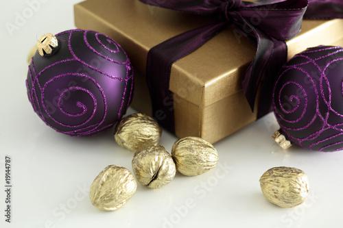 Weihnachten weihnachtsdeko lila und gold auf weiss von redhorst lizenzfreies foto 19144787 - Weihnachtsdeko lila ...