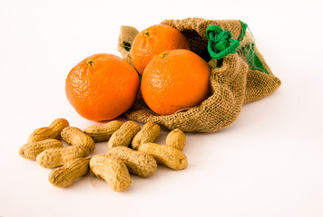 Mandarine und Erdnüsse