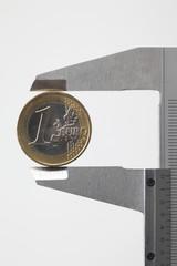 Münze in Schieblehre, closeup