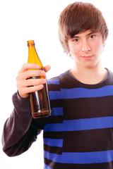 Teenager hält Bierflasche