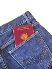 passeport français dans la poche arrière d'un jean