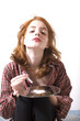 jeune femme en chemise se drogue sniffe de la cocaine