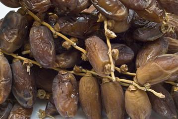 Ramas de palmera datilera con su fruto.