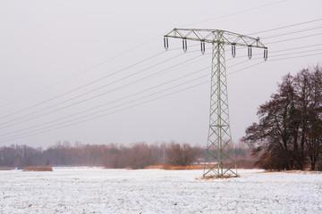 Strom auf schneebedecktem Feld