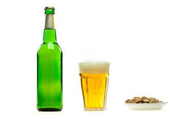 Bier und Mandeln isoliert