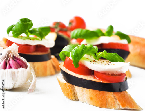 tomaten mozzarella canapes mit aubergine stockfotos und lizenzfreie bilder auf. Black Bedroom Furniture Sets. Home Design Ideas
