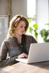 Frau am Computer (Laptop),