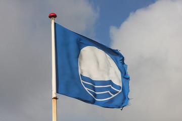 Blaue Flagge am Strand