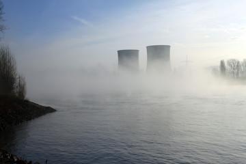 Atomkraftwerk im Nebel