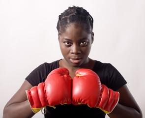 regard gants jeune femme noire prete au combat boxe
