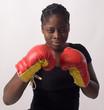 jeune femme en gants de boxe tient sa garde