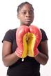 jeune femme noire prie avec des gants de boxe