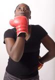 jeune femme noire se donne un upercut gant de boxe
