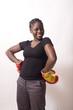jeune femme noire gants de boxe mains sur les hanches