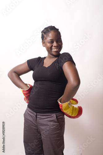 jeune femme noire gants de boxe mains sur les hanches. Black Bedroom Furniture Sets. Home Design Ideas