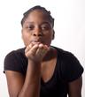 belle femme noire souffle un baiser de sa main