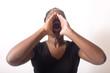 femme de couleur hurle fort utilise ses mains porte voix