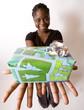 femme noire offre un cadeau dans ces mains tendues