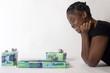 jeune femme noire allongée sourit près de ses cadeaux