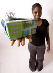 jeune femme noire offre un cadeau noël ou anniversaire