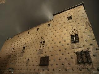 Casa de las Conchas en Salamanca por la noche