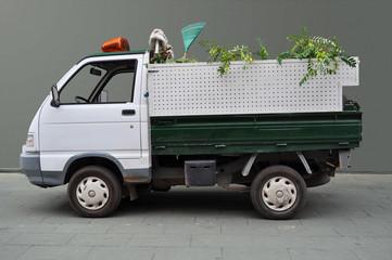Camioneta de Parques y Jardines con fondo