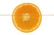 Eine halbe Orange schwimmt im Wasser