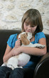 fillette faisant un câlin plein de tendresse à son chiot beagle