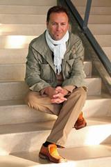 Automne hiver - Homme assis dans les escaliers #1