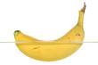 Eine Banane schwimmt im Wasser