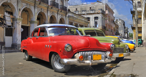 Fotobehang Oude auto s Havana street with colorful old cars in a raw