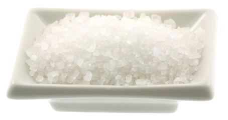 ramequin céramique blanche gros sel cristaux fond blanc