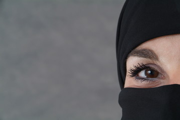 Burka und Auge. Sample text.