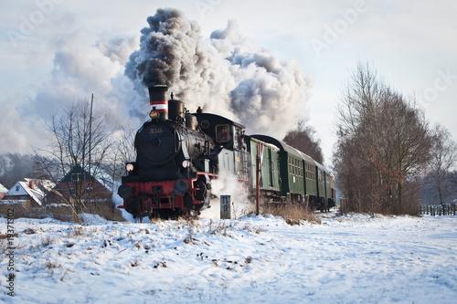 lokomotywa-parowa-w-sniegu
