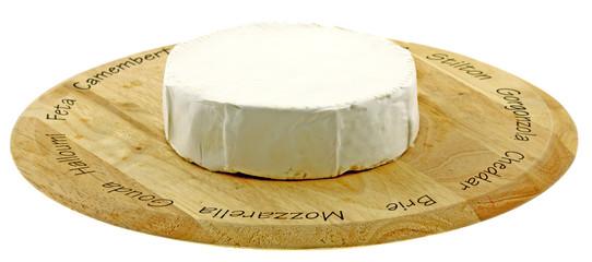 camembert entier plateau fond blanc