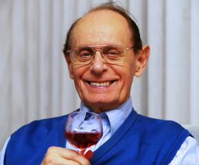 Senior with Glas of Wine - Senior mit Weinglas
