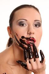 mit Schokolade beschmiert