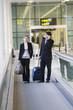 Junges Geschäftspaar am Flughafen