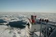 Kreuzfahrtschiff im Eismeer