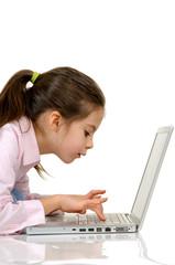 bambina che digita al computer primo piano