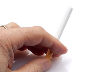 mano con sigaretta