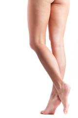 Rückansicht von nackten Frauenbeinen auf weiß