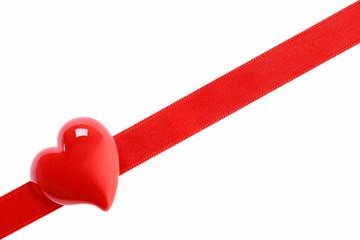 Rotes Herz auf Geschenkband