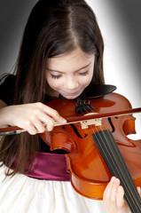 bambina che suona il violino primo piano
