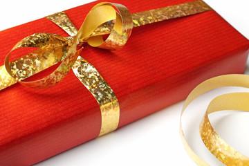Ein rotes Geschenk mit goldener Schleife