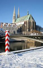 Görlitzer Peterskirche mit der Altstadtbrücke im Winter