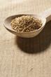 roleta: graine de sésame dans cuillère bois fond de lin